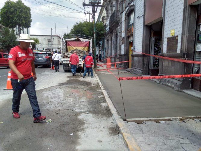 Retiran tocones y rehabilitan aceras en distintos puntos de Toluca
