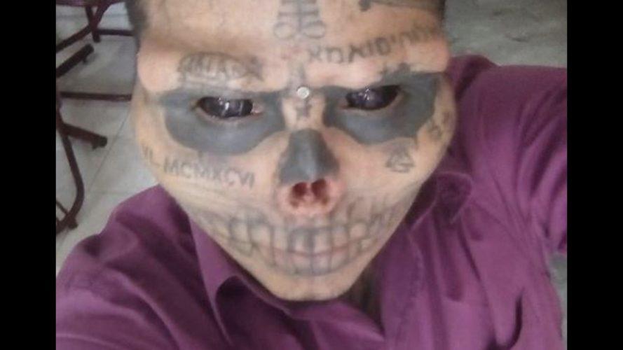 Hombre se quitó la nariz y las orejas para parecer calavera