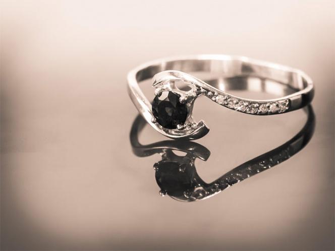 Se traga anillo de diamantes para robarlo