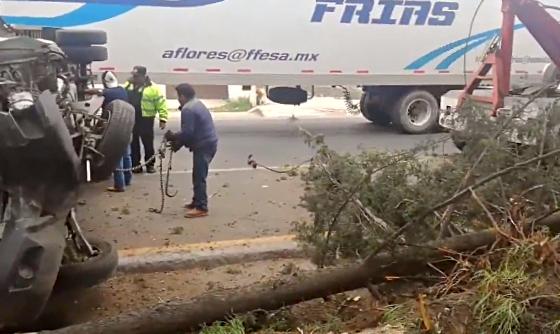 Una camioneta de carga se impactó contra los árboles en la Toluca - Palmillas
