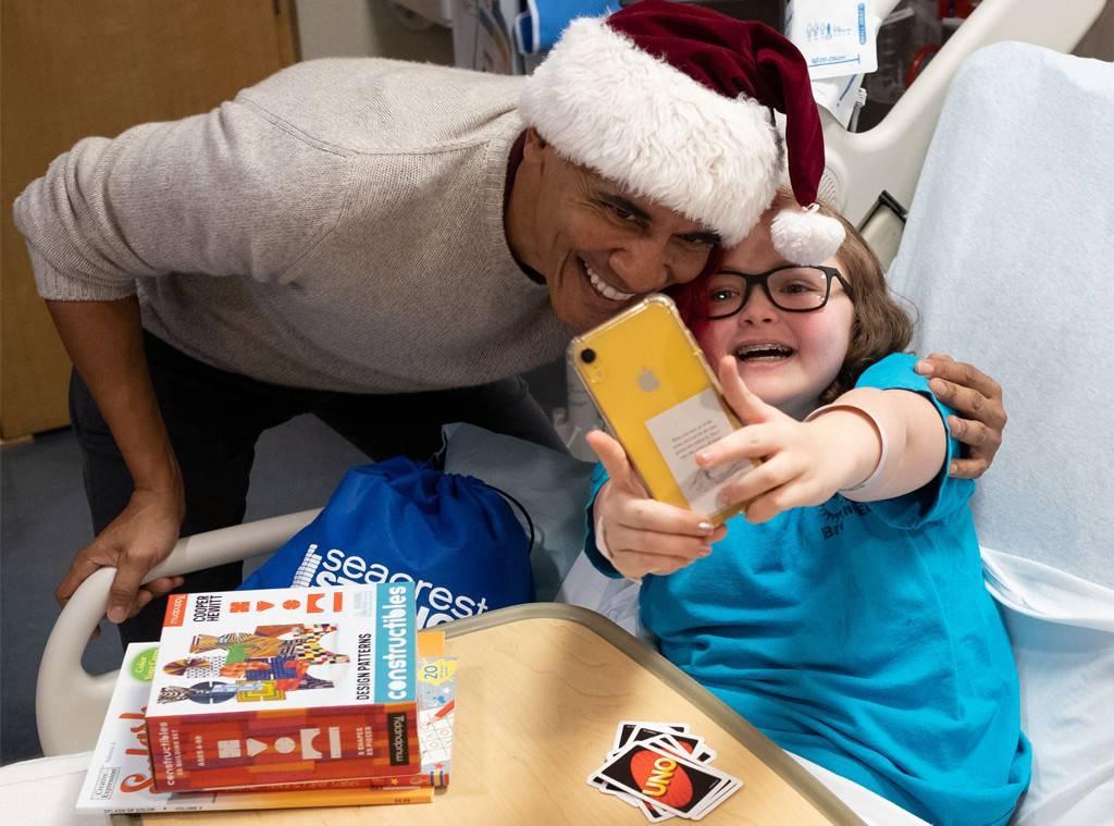 Obama visita a niños enfermos vestido de Santa Claus