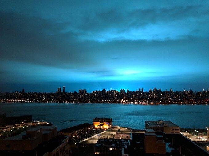 #Video Una misteriosa luz azul ilumina el cielo de Nueva York