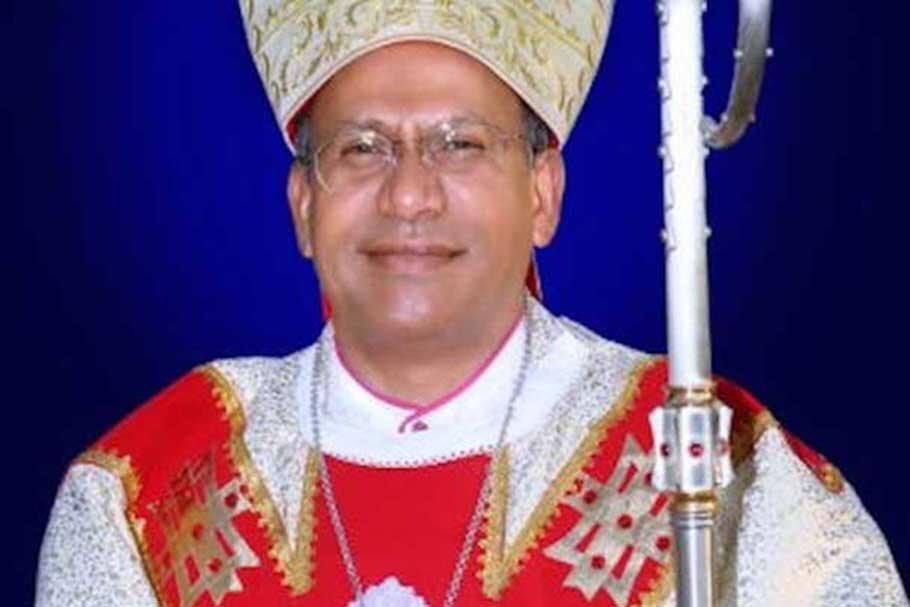 Remueven a obispo que tenía esposa, hijo y vida de lujo