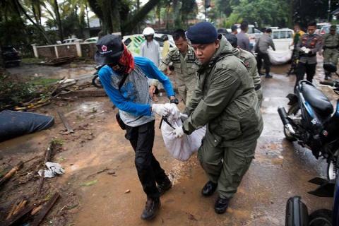 Tras Tsunami ya suman 222 muertos en Indonesia (VIDEO)