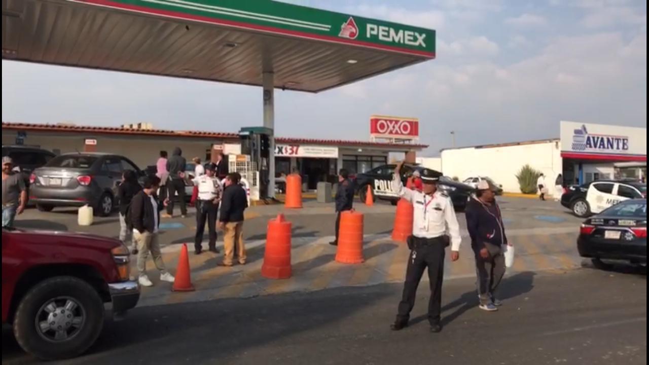 Policías de tránsito apoyan a conductores en gasolineras de Metepec