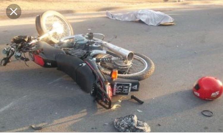 Motociclista se estampa con camioneta y muere