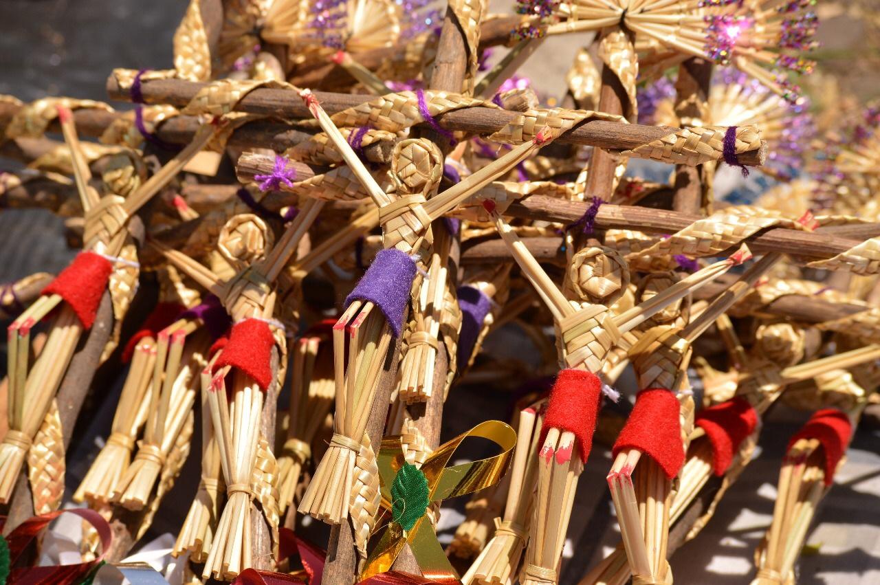 Artesanos venden ramos y palmas en el Parque 18 de Marzo