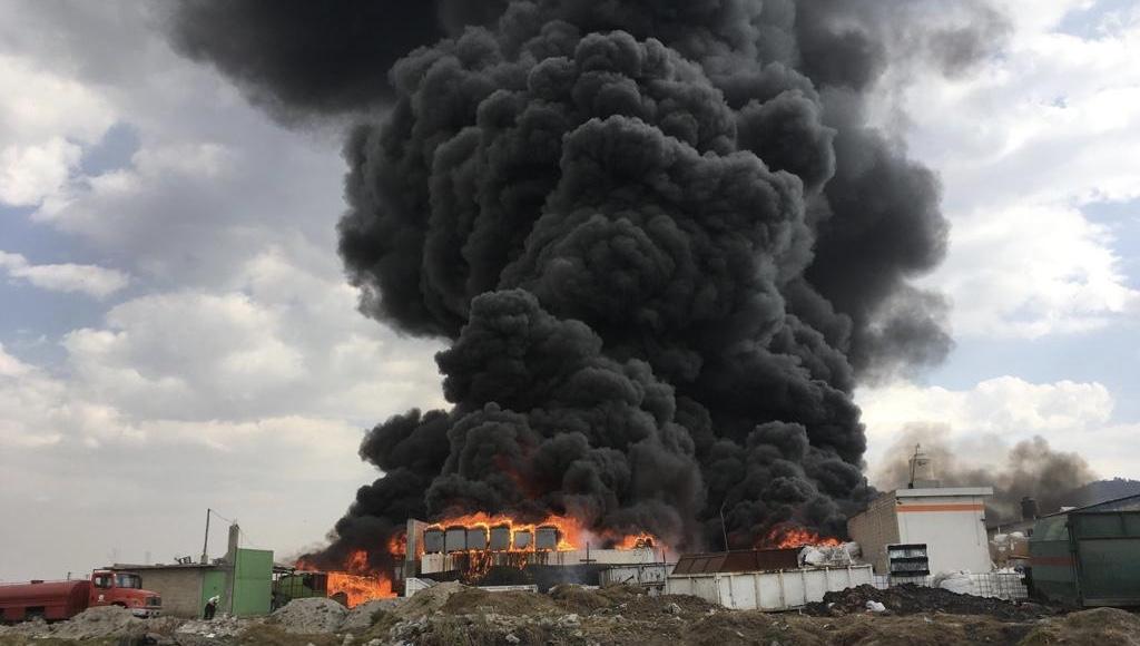 Se incendia fábrica de plásticos en San Pablo Autopan