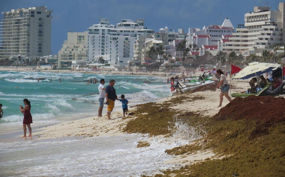 Turista es rescatada de ahogarse con sargazo