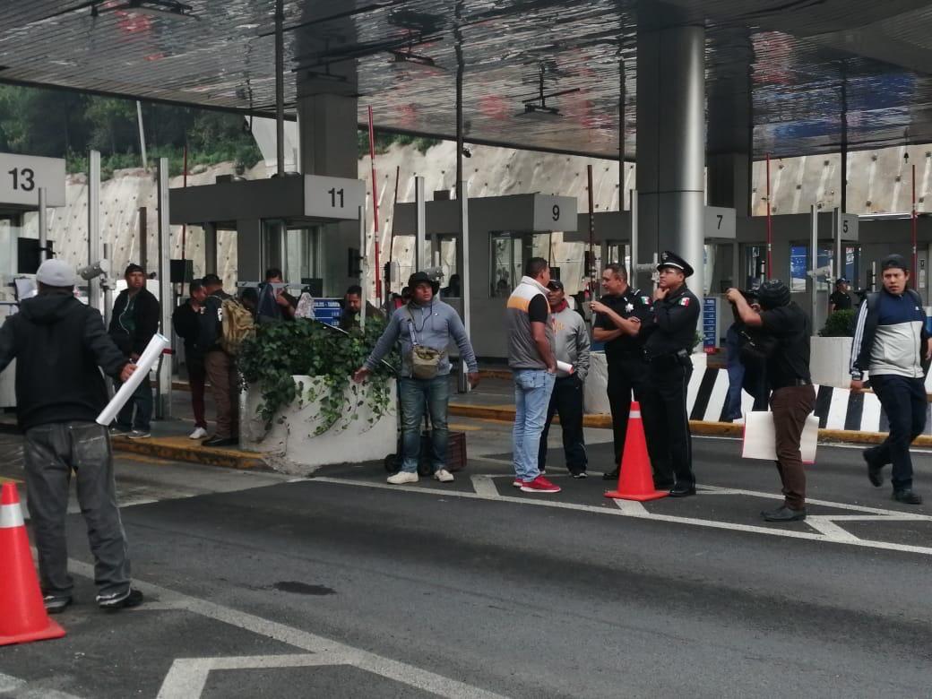 Bloquean policías federales caseta México-Toluca