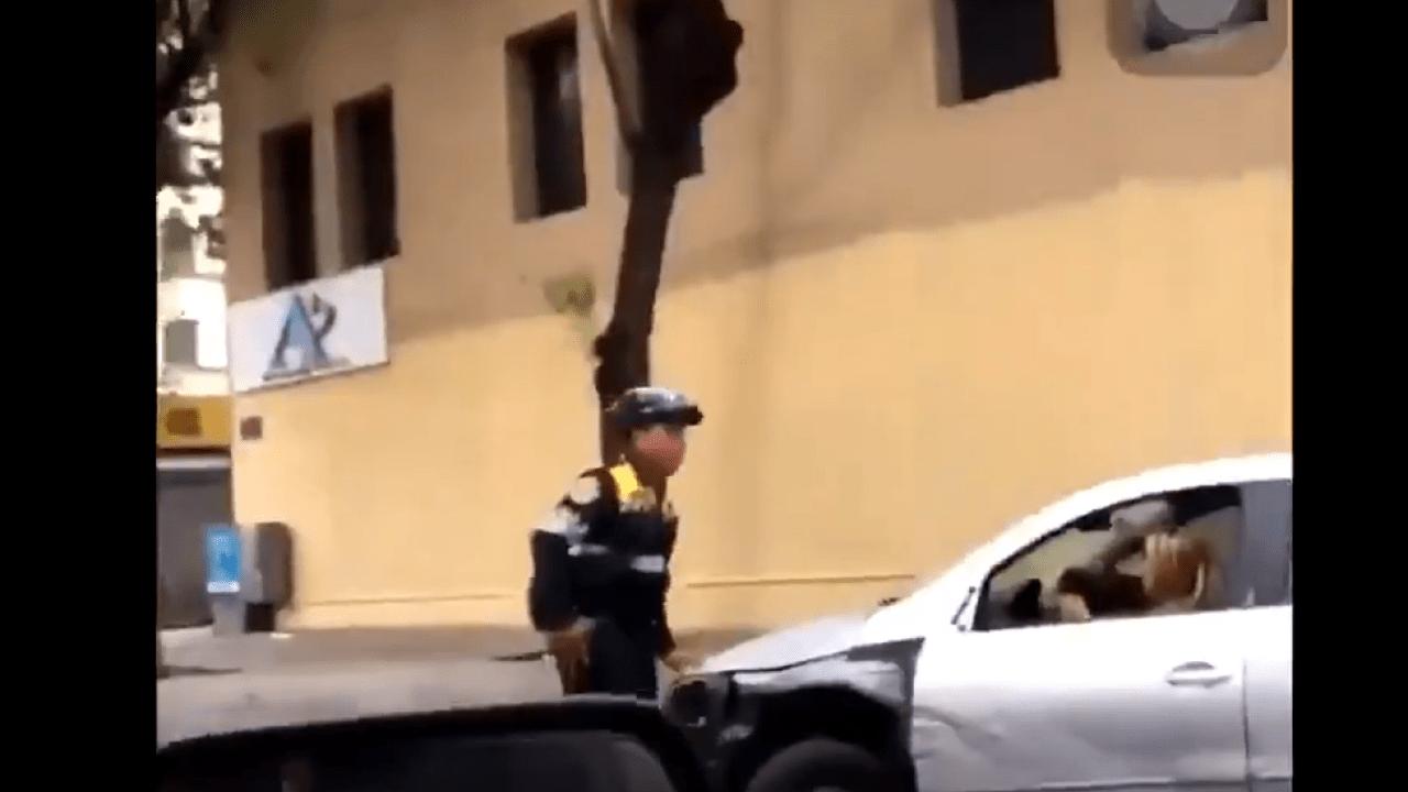 Intenta arollar a los elementos de la policía y le apodan #LadyLoca