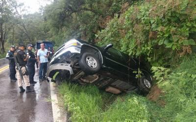 Derrapa camioneta a causa de las fuertes lluvias en la Toluca-Cd Altamirano