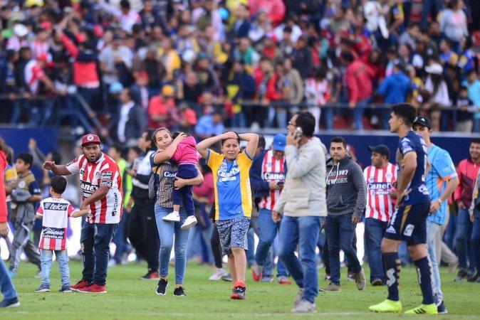 El juego entre el Atlético de San Luis y el Querétaro se suspendió por una intensa batalla campal entre aficionados, en las gradas del estadio Alfonso Lastras.