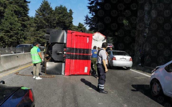 Esta tarde un camión de carga se volcó en la carretera federal México-Toluca, en dirección a la Ciudad de México, a la altura del paraje Cruz Blanca, en Cuajimalpa.