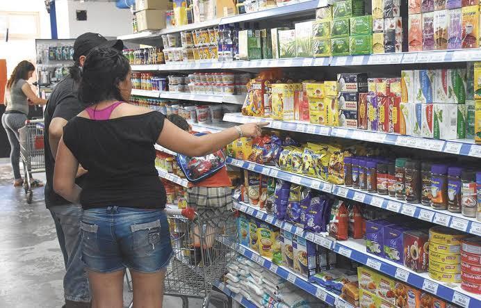 Confianza del consumidor en economía cae en octubre