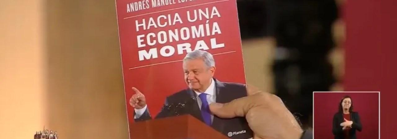 El presidente Andrés Manuel López Obrador presumió su libro 'Hacia una economía moral', recién salido de la imprenta, mismo que presentará a un año de gobierno, el próximo 1 de diciembre.