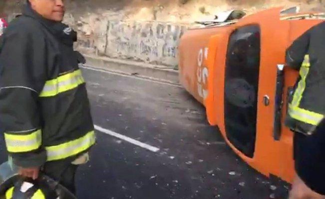 Esta mañana una unidad del transporte público que se dirigía al paradero de Indios Verdes, se volcó sobre la autopista México-Pachuca dejando un saldo de 15 personas heridas.