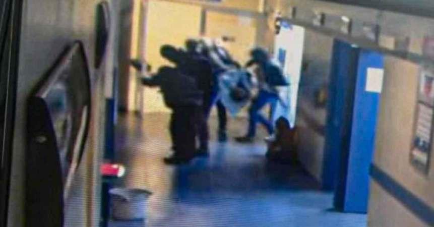 Un video muestra el momento en el que sujetos armados someten a los guardias de seguridad de un hospital en Guanajuato para secuestrar a un paciente quien horas después sería hallado descuartizado.