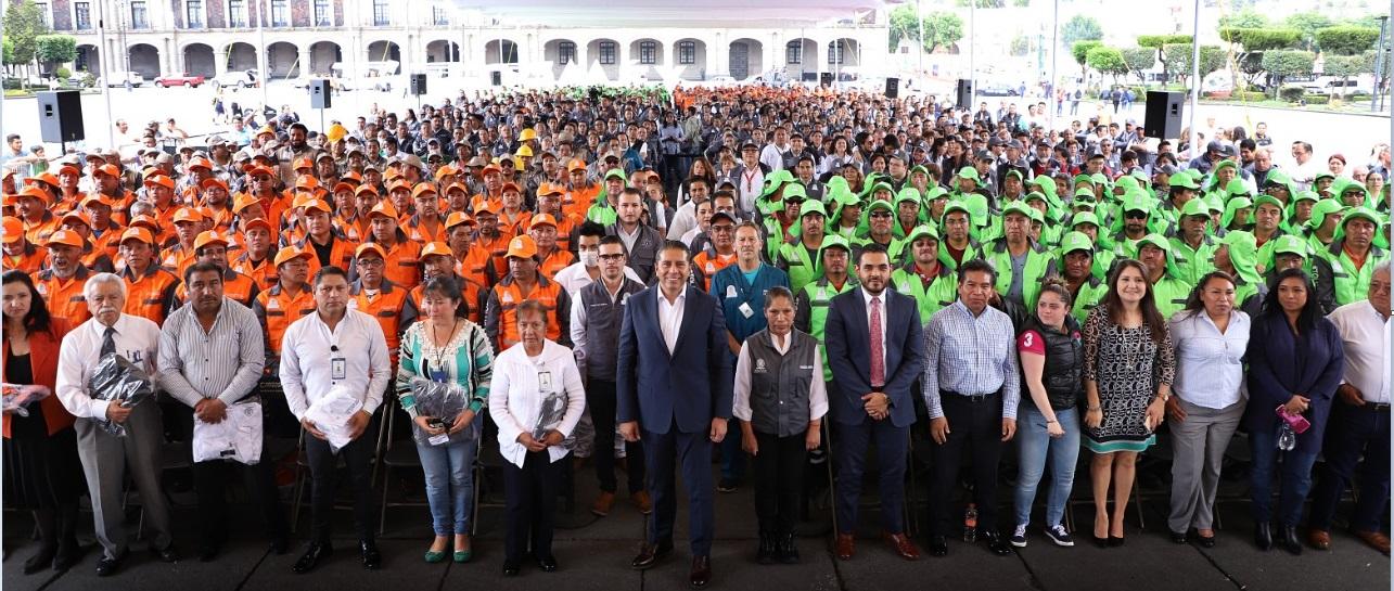 Estrenan uniforme más de mil servidores públicos de Toluca