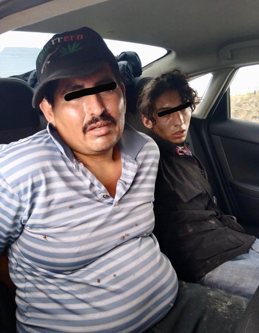 Detienen a tres personas que portaban armas en un vehículo robado en Metepec