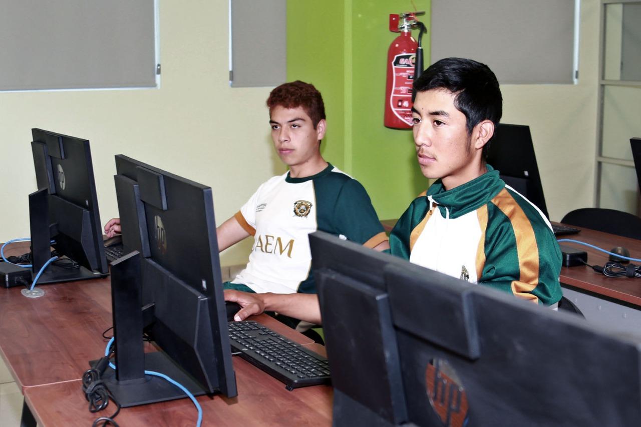 Apoyan GEM y UAEM a jóvenes que no cuenten con computadora o internet para que realicen examen de ingreso