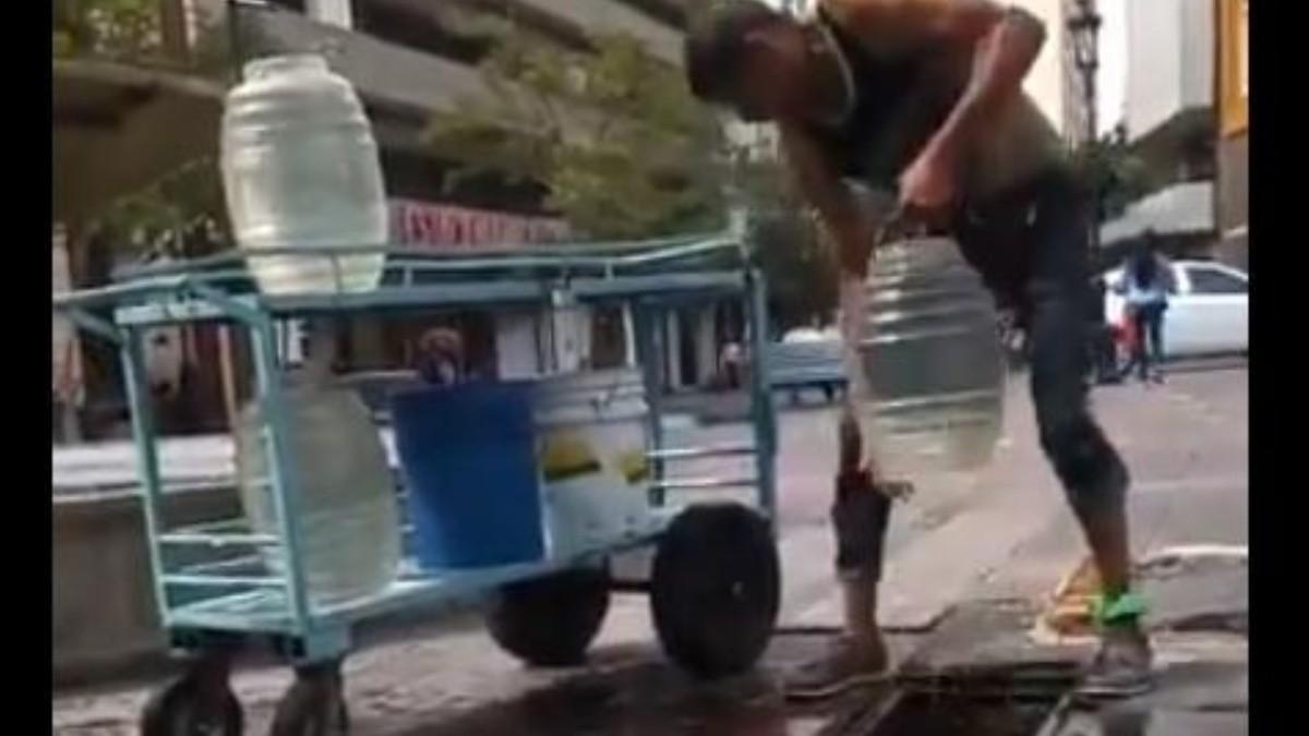 Captan en video a comerciante haciendo aguas frescas con agua de la coladera