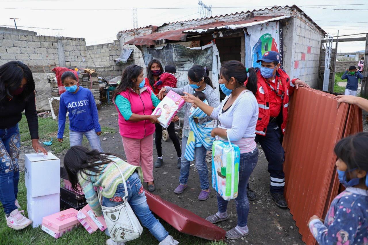 Entrega alcalde apoyos a afectados por lluvias y fuertes vientos en Toluca