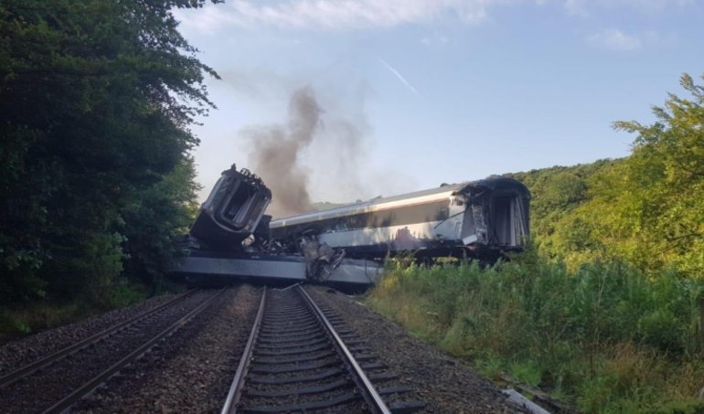 Tres personas mueren por el descarrilamiento de un tren en Escocia