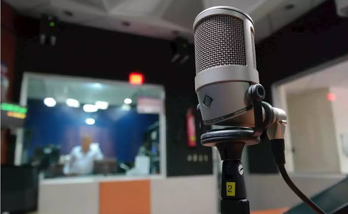 Toma control de instalaciones de W Radio, familia Alemán