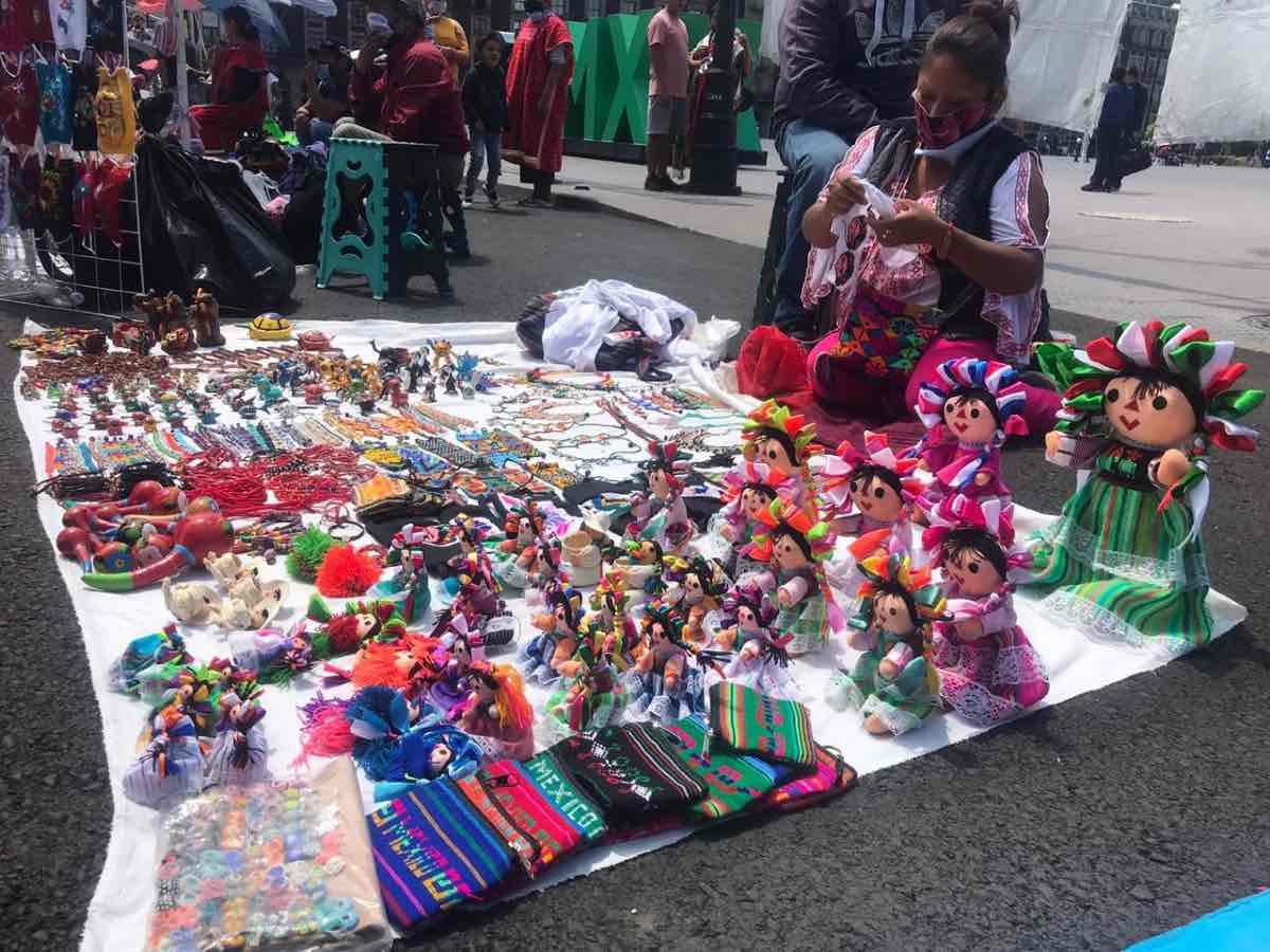 Comunidad Triqui cambia artesanías por despensa en el Zócalo