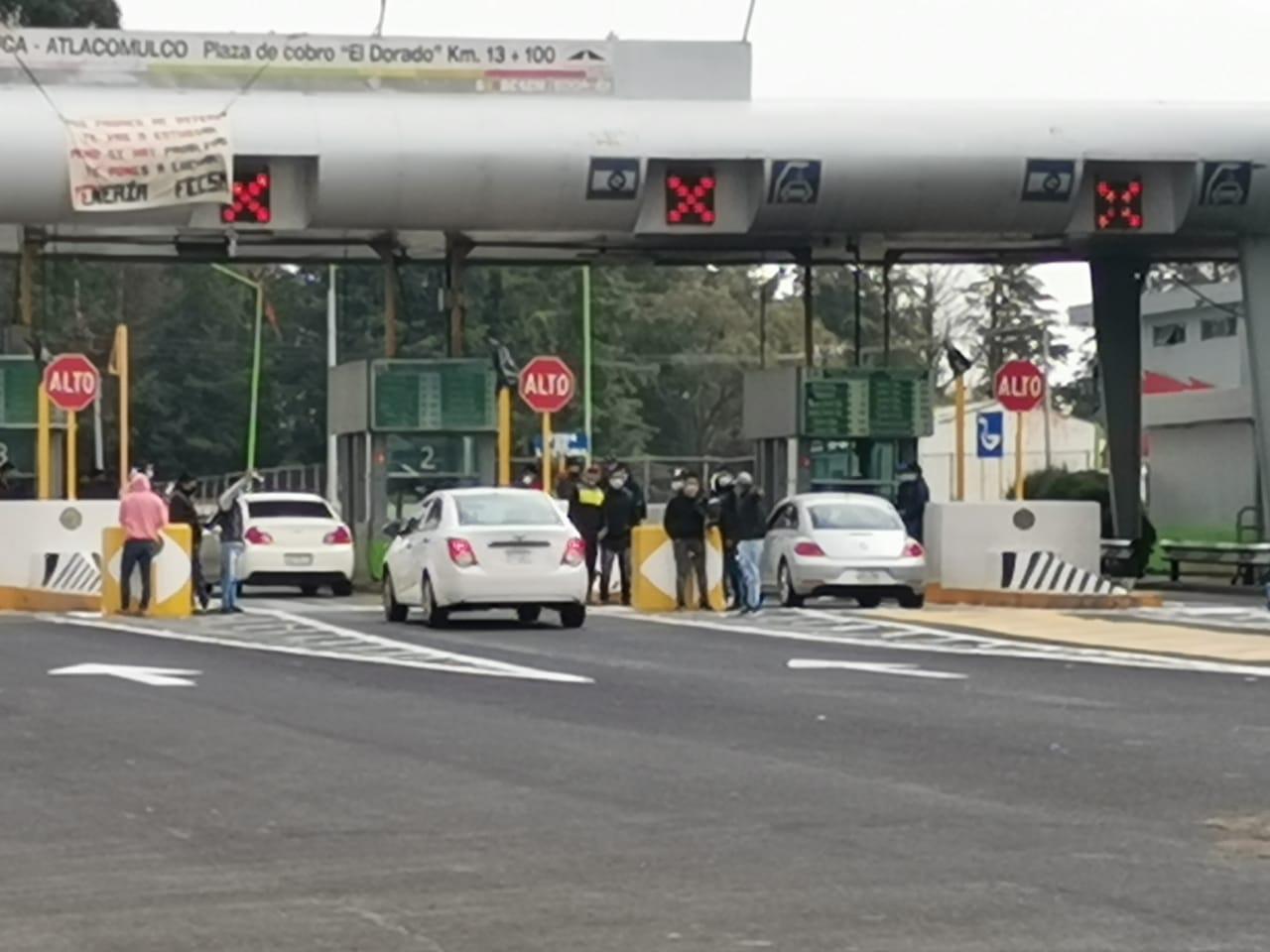 Normalistas toman caseta de la Toluca - Atlacomulco