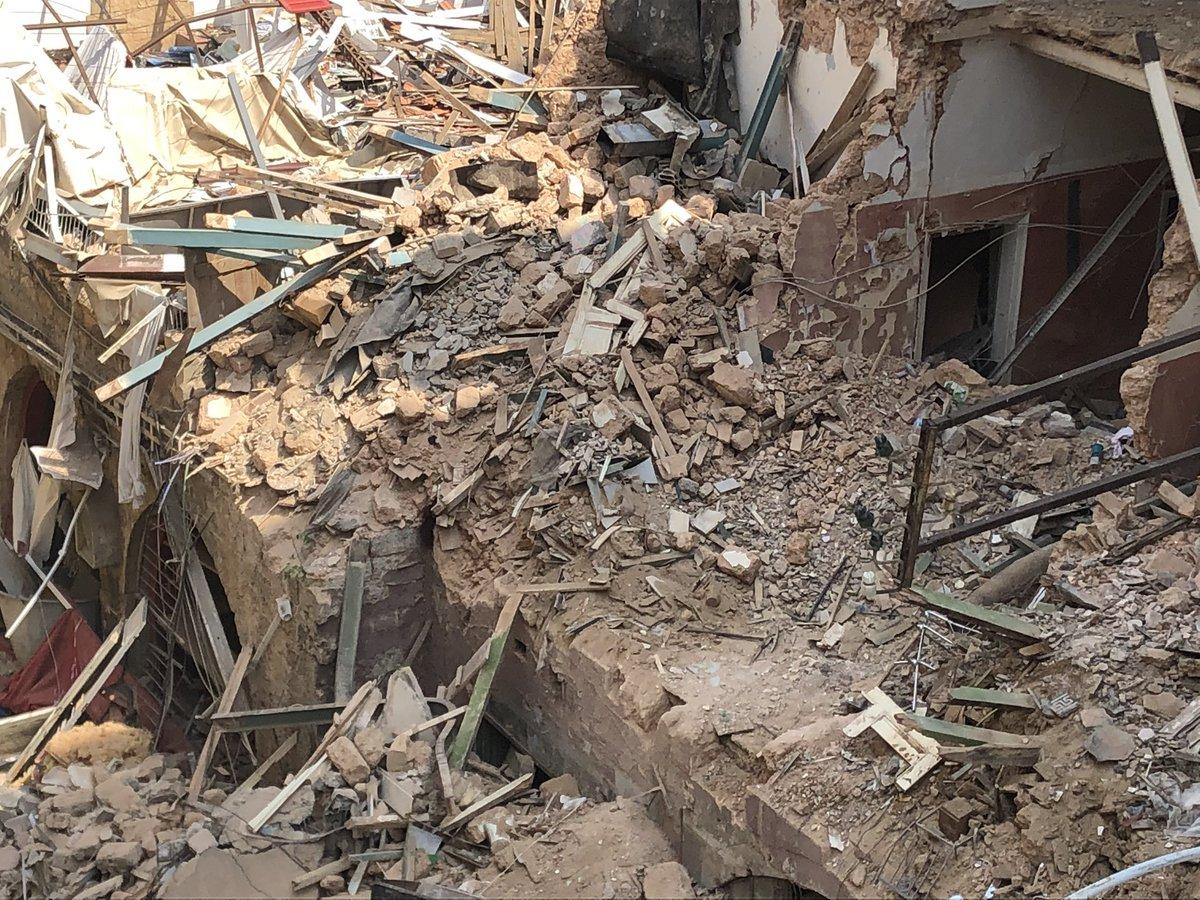 A un mes de la explosión en Beirut, detectan posibles señales de vida entre escombros de un edificio