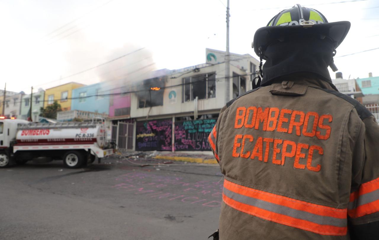 Bomberos de Ecatepec sofocan incendio provocado en Visitaduría de la Codhem en este municipio