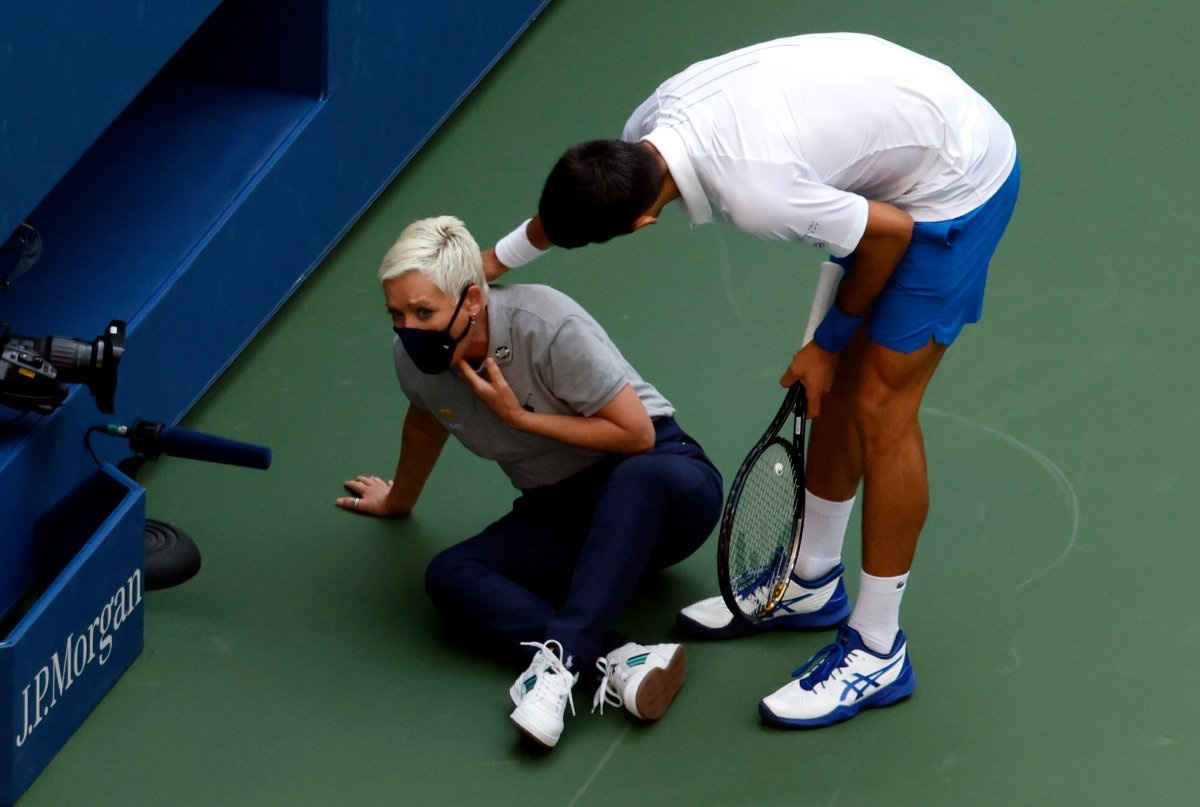 #Video Descalifican a Novak Djokovic, del US Open por dar pelotazo a una juez
