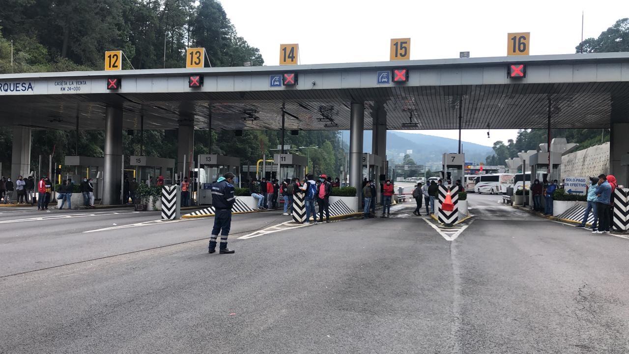 Bloquean Normalistas la autopista México-Toluca en ambos sentidos