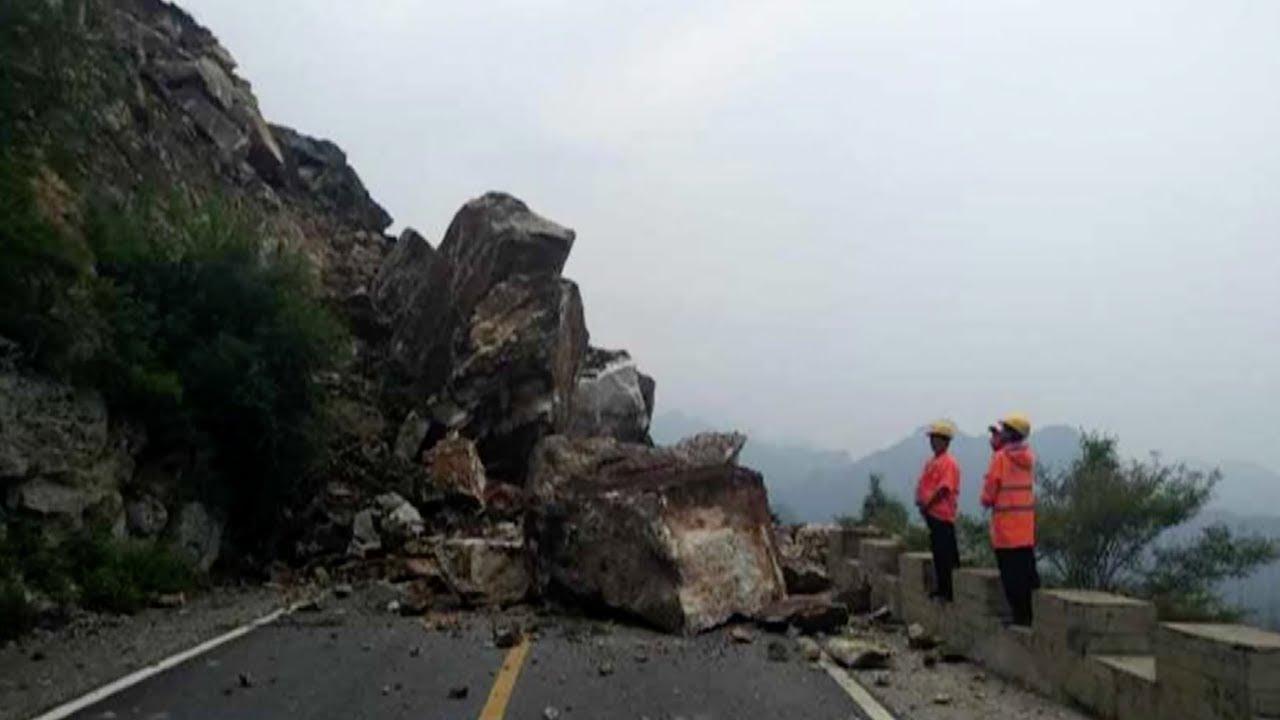 Capta el derrumbe de una roca gigante sobre una carretera