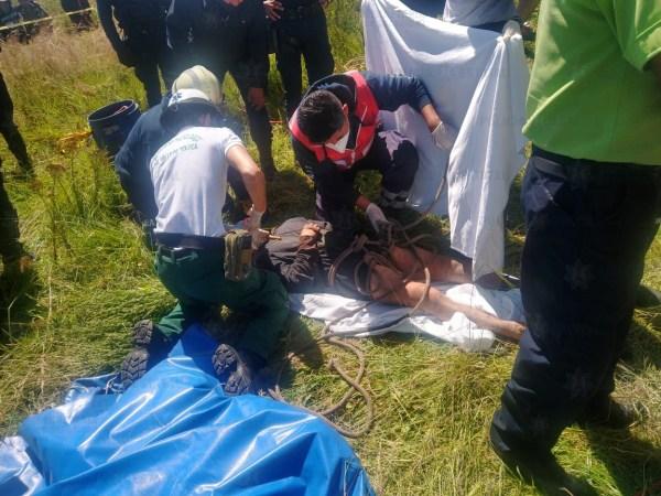 Rescatan a persona que cayó dentro de un pozo en Toluca
