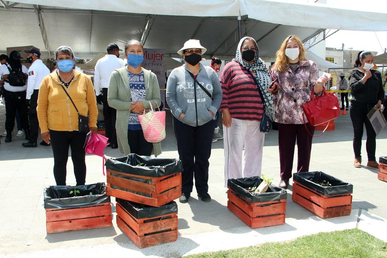 Entrega gobierno de Toluca huertos familiares en San Pablo Autopan
