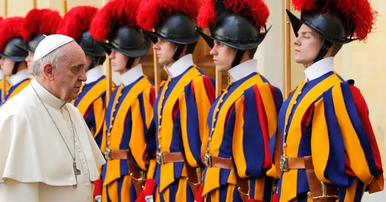 Temen por la salud del Papa tras brote de COVID a en la Guardia Suiza