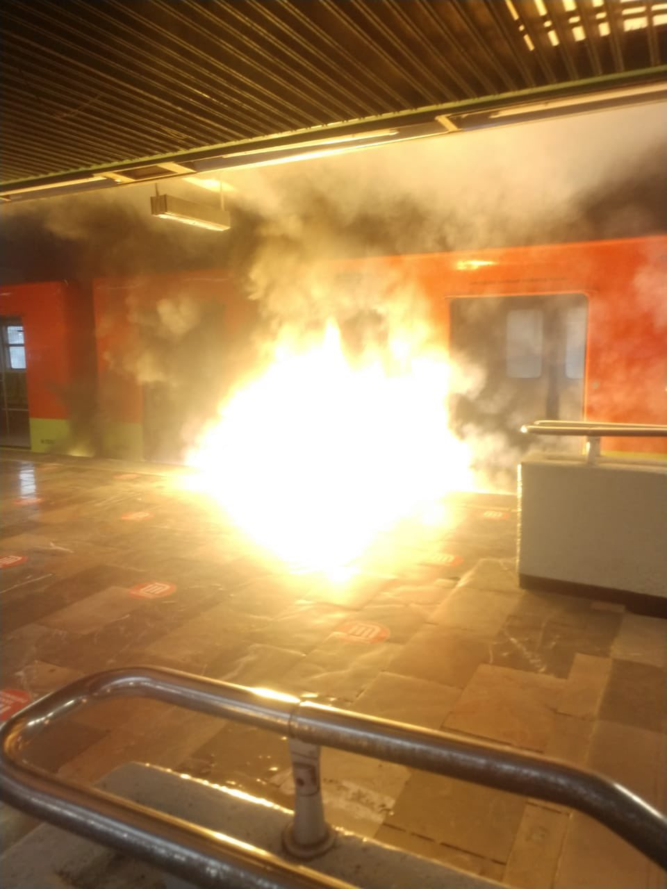 Flamazo en un neumático de tren de L-3 del Metro causa pánico