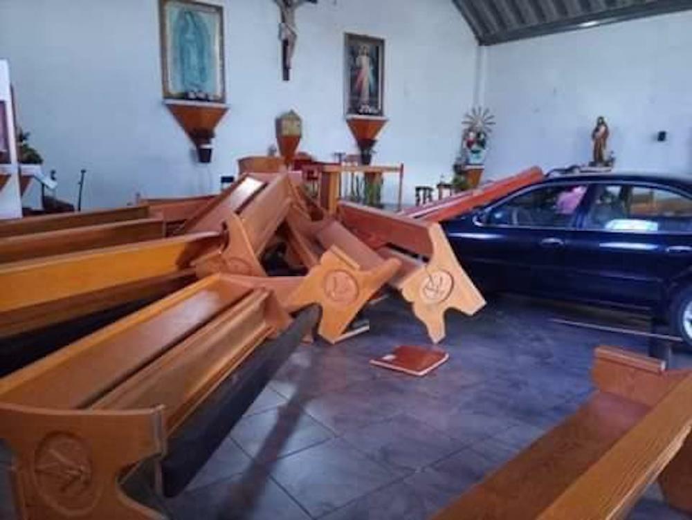 Automovilista pierde el control y se mete con todo y auto a una iglesia en Jilotepec