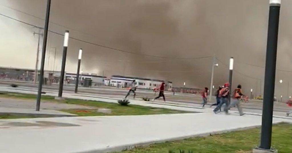 Evacuan a personal de la construcción del aeropuerto de Santa Lucía por tolvanera