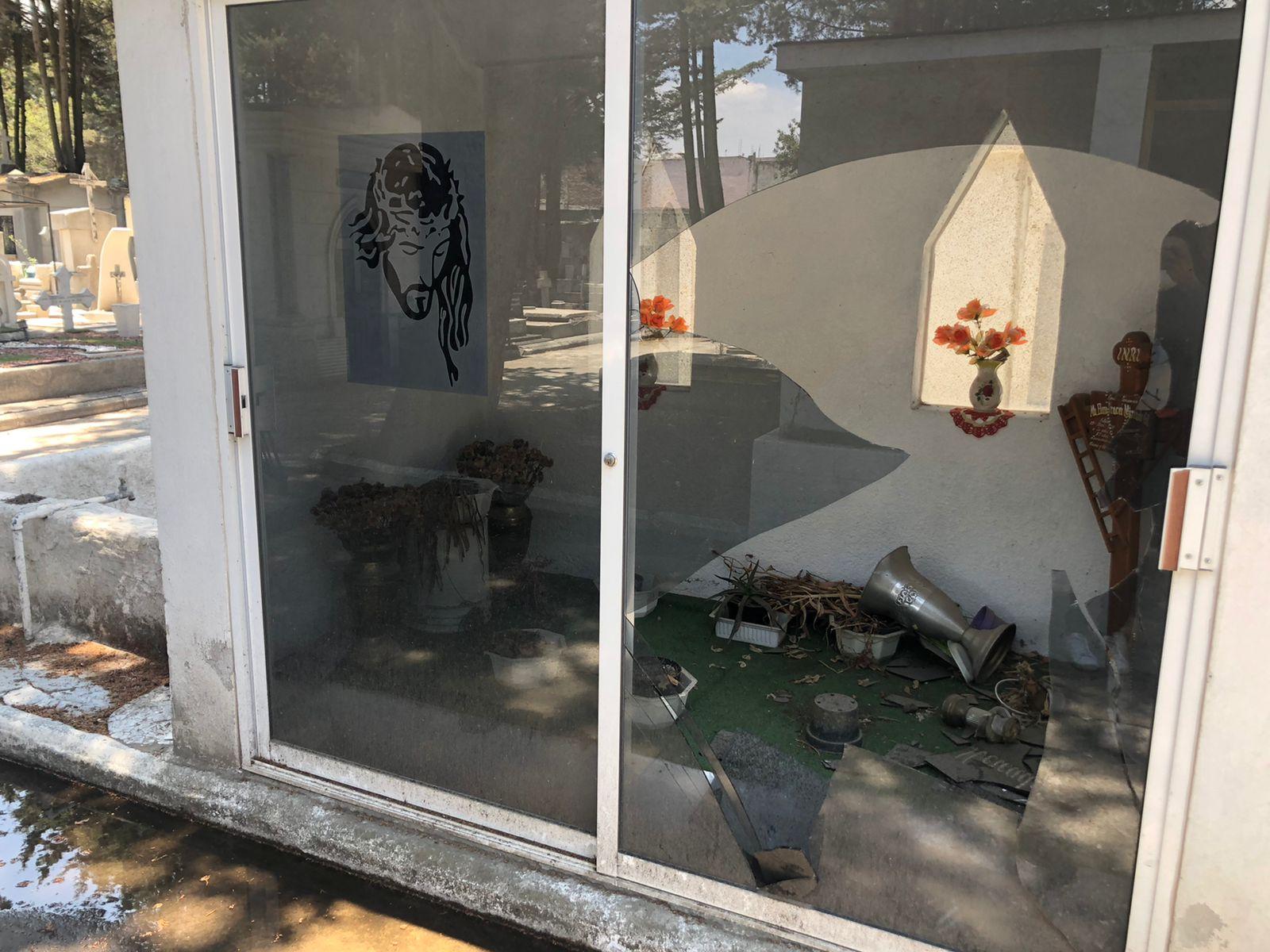 Vandalizan tumbas de panteón de Toluca