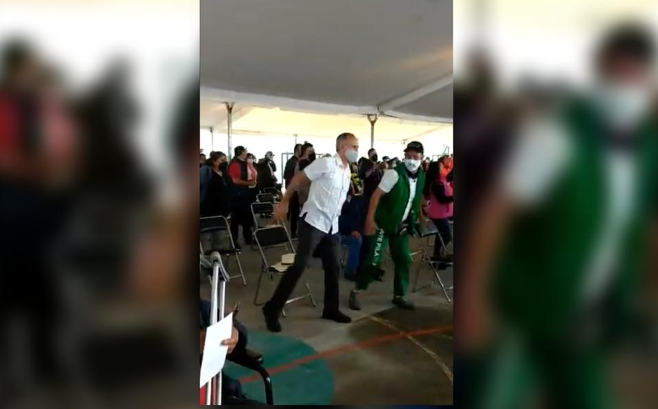 ¡Lo pusieron a bailar! López-Gatell saca sus mejores pasos en plena vacunación