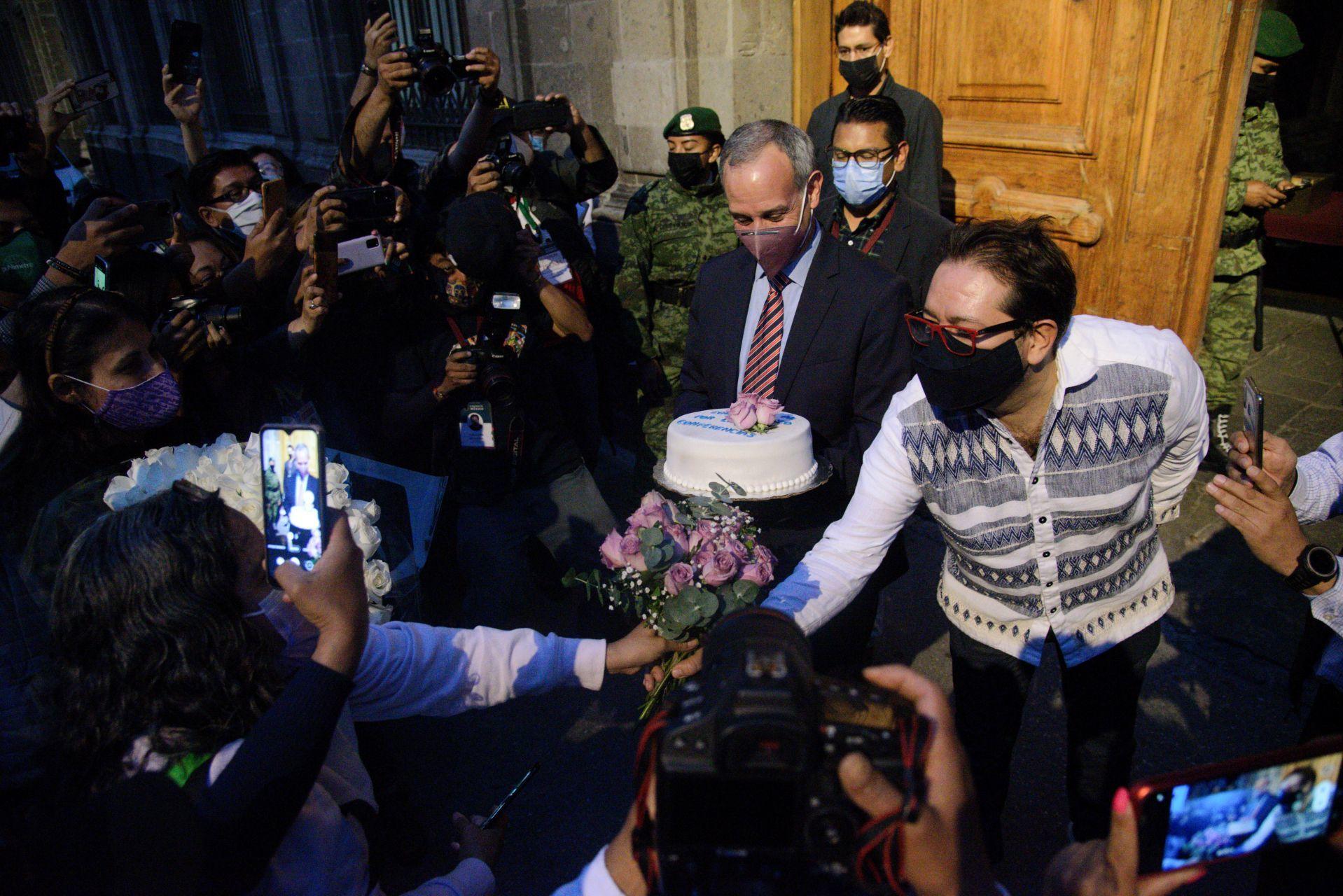 ¡Fin a las conferencias sobre COVID-19! Fans despiden a López-Gatell con pastel, flores y hasta mariachi