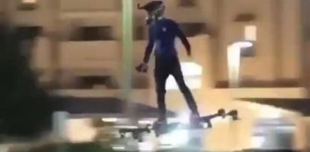 ¡Increíble! Hombre sorprende volando una aerotabla en calles de Nueva York
