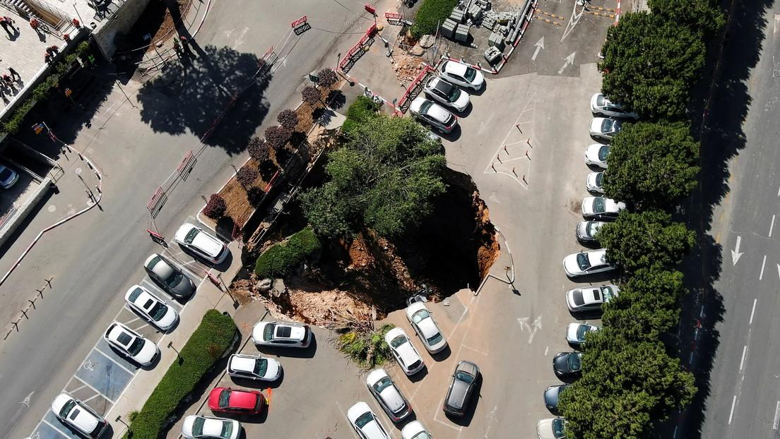 VIDEO Colapsa estacionamiento y se traga varios carros en Jerusalén