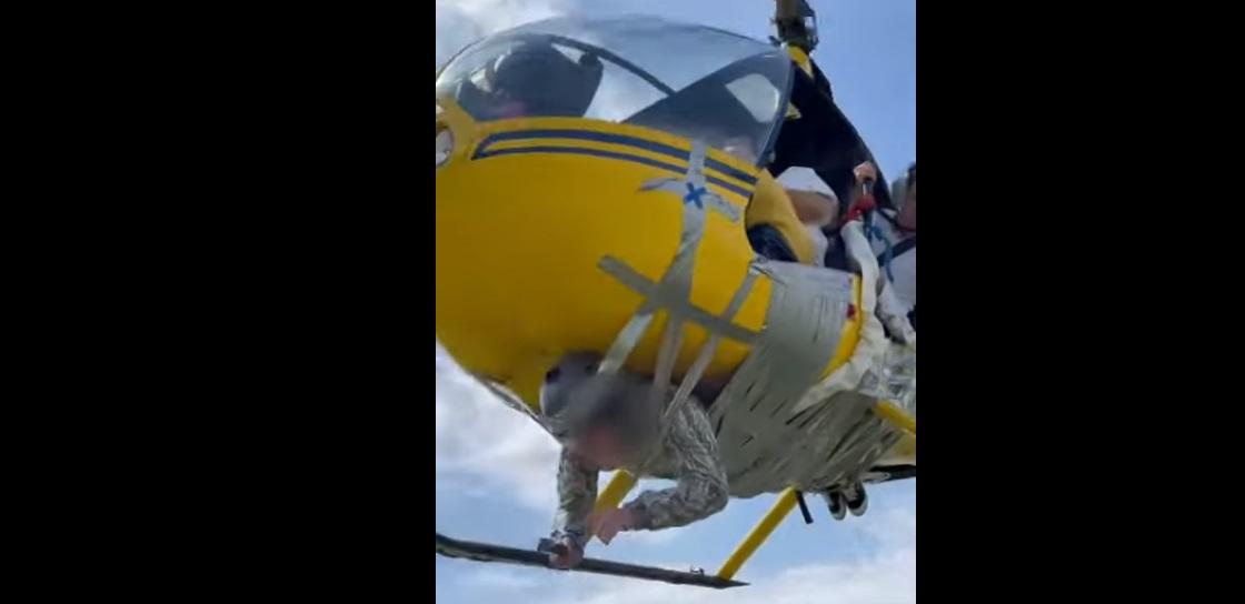 """VIDEO: Youtuber """"pega con cinta"""" a hombre en un Helicóptero y lo hace volar"""