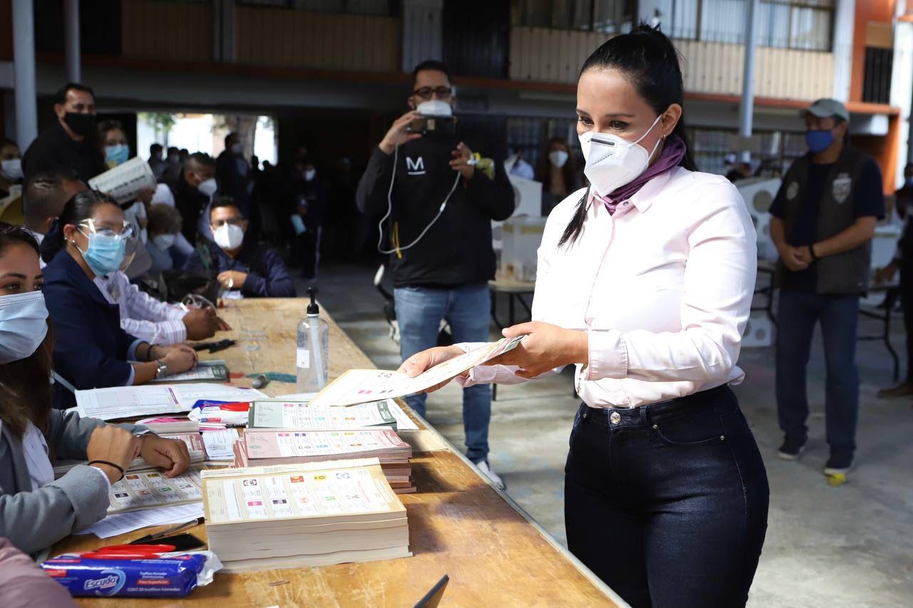 Vota Michelle Núñez en Valle de Bravo y lanza llamado a votar en paz