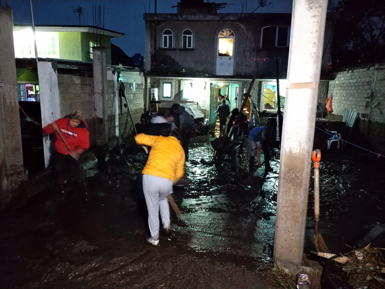 Se desborda río y afecta varias casas en San Antonio Acahualco, Zinacantepec